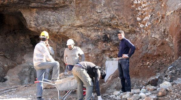 Urfa Kalesi Eteklerinde Ermeni Ve Hıristiyan Mezarlıkları Bulundu
