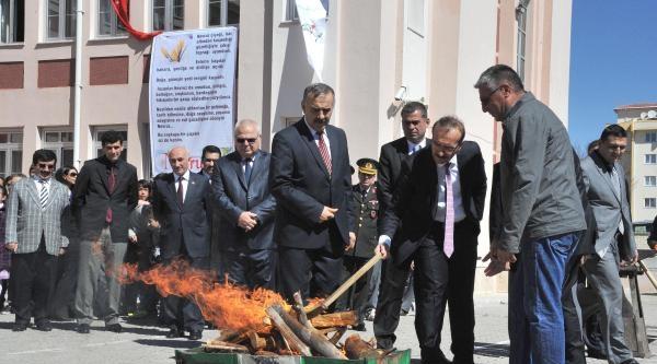 Uşak'ta Nevruz Ateşini Vali Yaktı