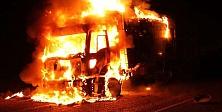 Hakkari'de teröristler bir kamyonu yaktı