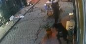 Beyoğlu'nda akıl almaz olay kamerada