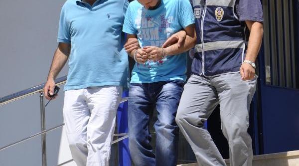 Üvey Annesini Öldürüp Intihar Görüntüsü Verdiği Iddiasiyla 14 Yil Sonra Hakim Karşisina Çikti