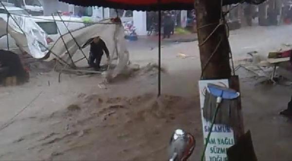 Üzerine Çadir Devrilip Sel Sularına Kapılan Pazarcıyı Arkadaşları Kurtardı