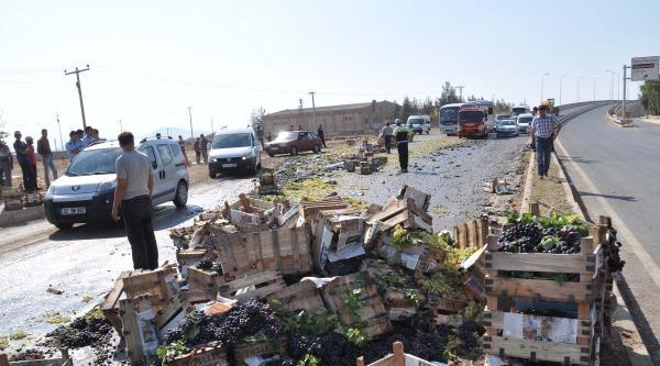 Üzüm Yüklü Kamyonet Devrildi: 2 Yaralı