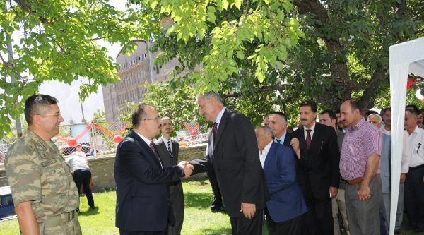 Vali Canbolat, Konağın Bahçesinde Hakkarililer'in Bayramını Kutladı