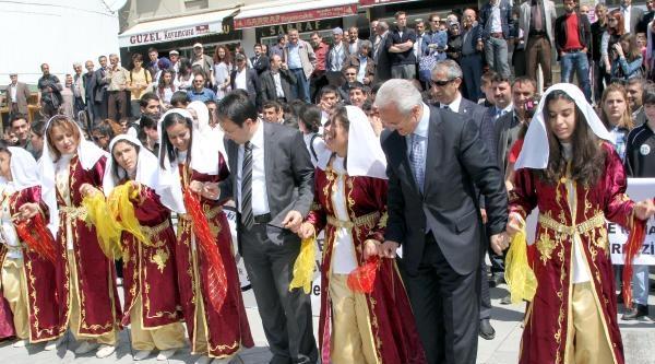 Vali Ve Belediye Başkanı, Engellilerle Halay Çekti