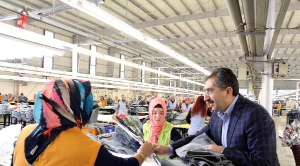 Validen  Fabrikada Çalişan Kadınlara Çiçek