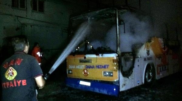 Van'da Ak Parti Seçim Otobüsü Kundaklandı