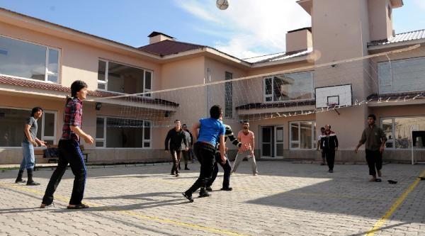 Van'dan Ülkelerine Gönderilecek Kaçaklara  '5 Yildiz' Konforunda Ağirlama