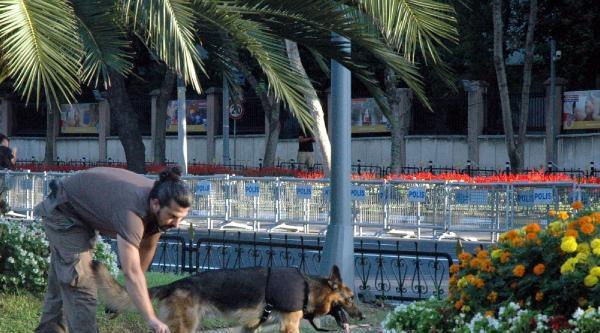 Vatan Caddesi Trafiğe Kapatıldı Polisler Köpeklerle Bomba Araması Yaptı