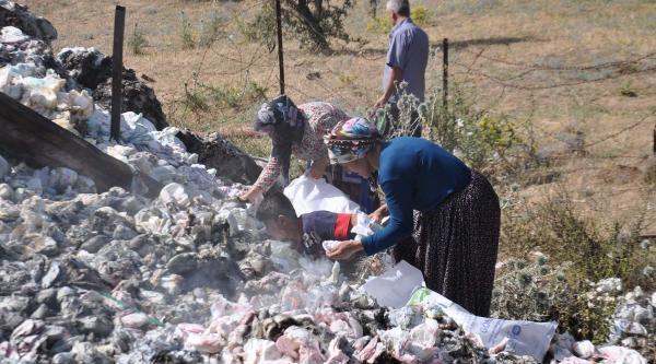 Vatandaş Yanan Tırdan Geriye Kalan Bezleri Topladı