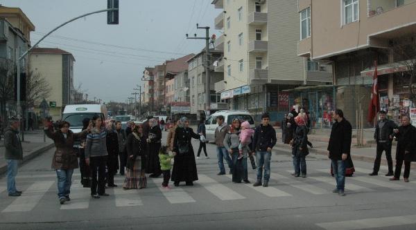 Veliler Okul Önüne Kasis Konulması İçin Yolu Kapattı