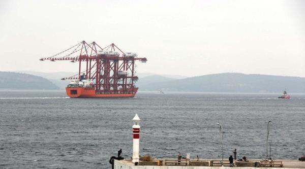Vinç Yüklü Gemi Çanakkale Boğazi'ndan Geçti