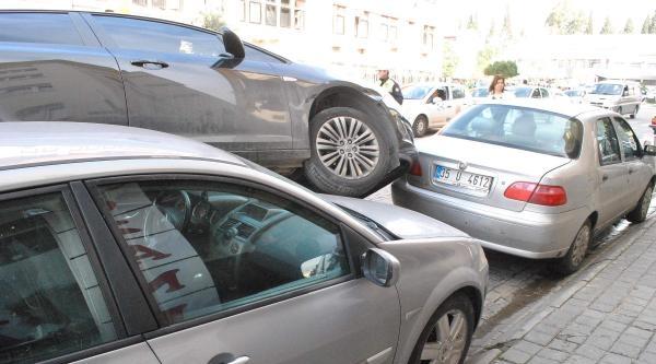 Virajı Alamayan Otomobil, Park Halindeki Otomobillere Çarpti