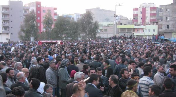 Viranşehir'de Seçim Kutlamasında Polise Taş Atan Bdp'lilere Müdahale Edildi