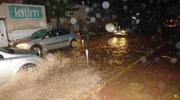 Viranşehir'de Yağiş Sele Dönüştü