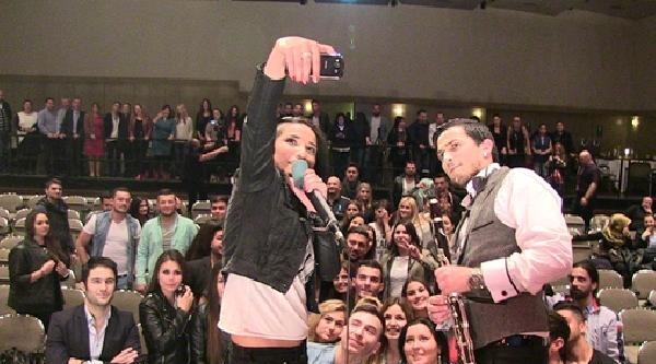 X-factor'da Tanınan Mehtab, Ilk Konserinde Beğenildi