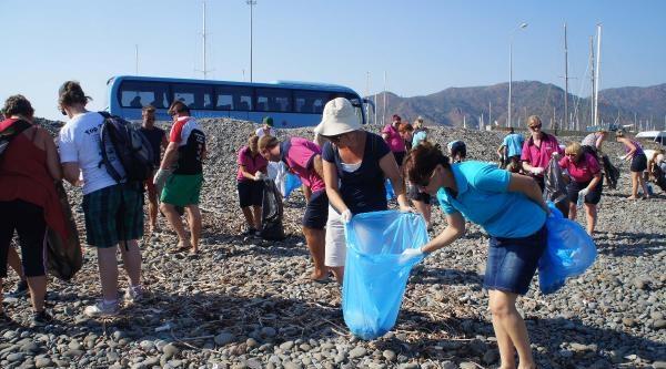 Yabancı Rehberlerden Bayram Sonu Plaj Temizliği