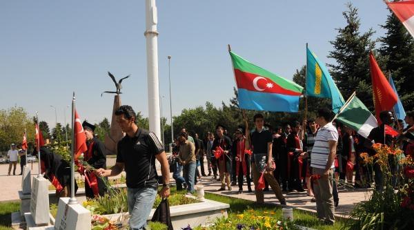 Yabancı Uyruklu Öğrencilerden Şehitlik Ziyareti