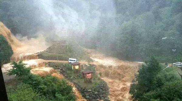 Yağış Arttı, Şelaleden Akan Su Turistleri Seranderlerde Mahsur Bıraktı