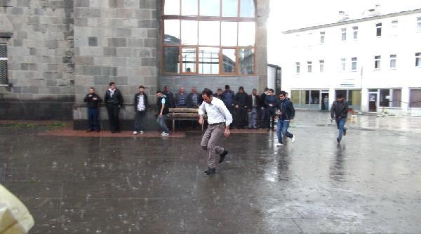 Yağmur Bastırınca Cemaat Camiden Çikamadi