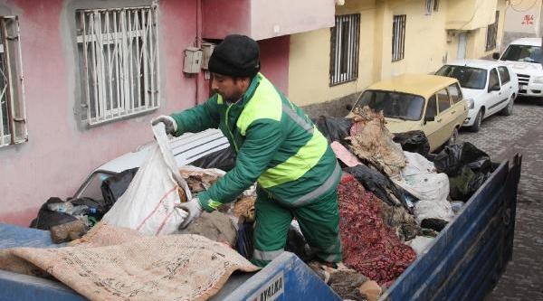 Yalniz Yaşayan Kadinin Evinden 5 Kamyon Çöp Çikti
