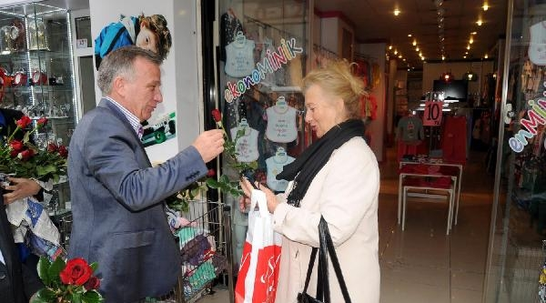 Yalova'da Başkan Adaylarından Çiçekli Anneler Günü Kutlaması