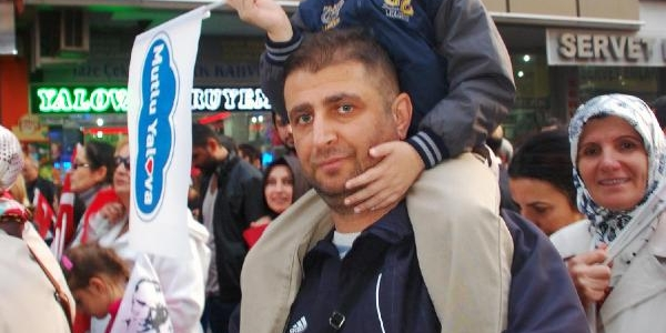 Yalova'Da Bayrak Yürüyüşüne 7 Bin Kişi Katildi