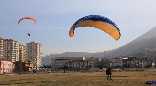 Yamaç Paraşütçüleri Ali Daği'ndan Yilin Ilk Uçuşunu Yapti