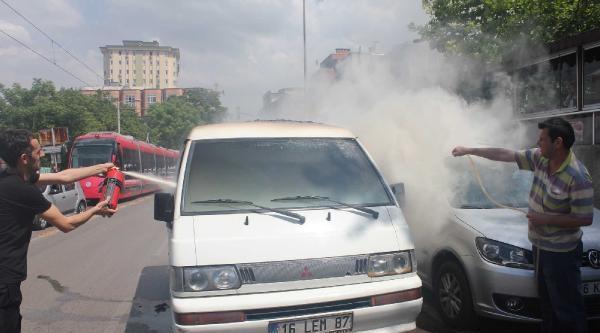 Yanan Minibüse Bahçe Hortumuyla Müdahale