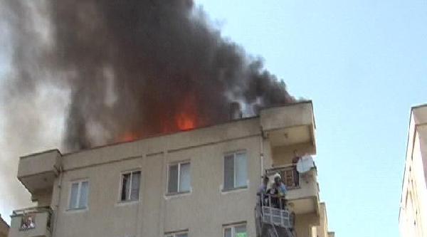Yangında 5'inci Katta Mahsur Kalan Anne Ve Kızı Kurtarıldı