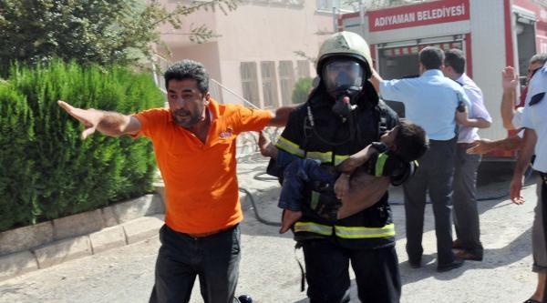 Yangında Mahsur Kalan 2 Kardeş Yaralandı