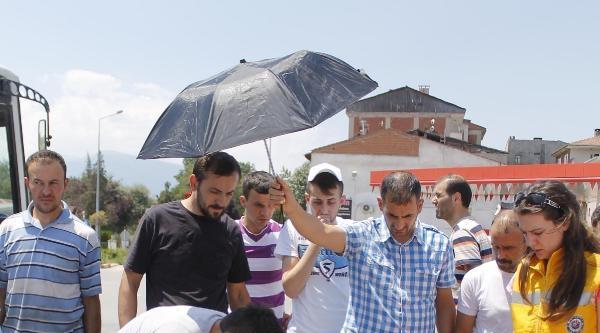 Yaralıyı Güneşten Korumak İçin Şemsiyeyle Başında Bekledi