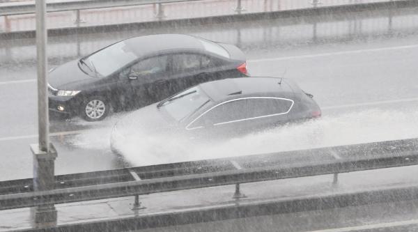Yarım Saatlik Yağmur İzmit'i Felç Etti