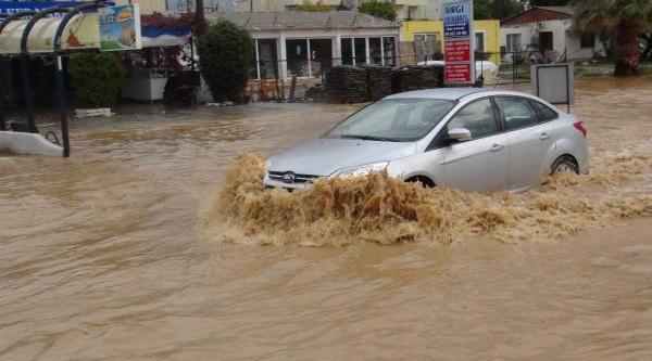 Yarim Saatlik Yağmur Kuşadasi'Ni Vurdu