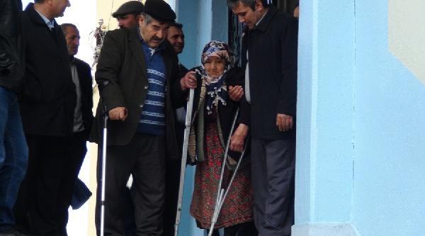 Yaşlılar Sırtta Taşınarak Oy Kullanmaya Götürüldü
