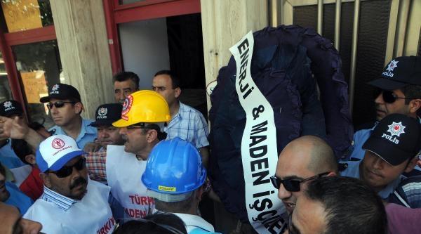 Yatağan'da İşçiler Ak Parti'ye Siyah Çelenk Bıraktı