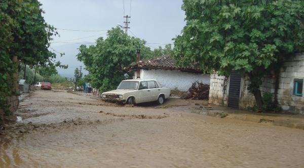 Yaz Yağmuru Ödemiş'te Hayatı Olumsuz Etkiledi