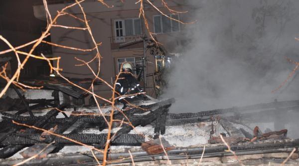 Yeni  Taşindiklari Ev Yandi, Baba Ve Küçük Kizi Öldü, Balkona Kaçan Büyük Kizi Kurtuldu