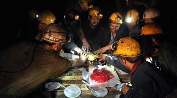 Yeni Yili Maden Ocağinda Pasta Keserek Kutladilar