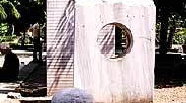 Yeniden (Ek Bilgi Ve Fotoğrafla) - Ibb'Nin Önündeki Parkta Soyut Heykeller Yerle Bir