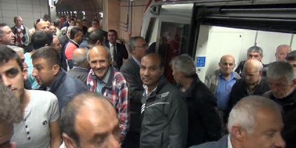 (Yeniden) - Marmaray Kapi Arizasi Nedeniyle Durdu