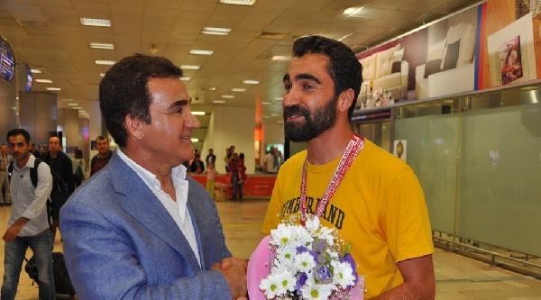 (yeniden) Sanatçı Selahattin Alpay'ın Oğlu Atıcılıkta Şampiyon Oldu