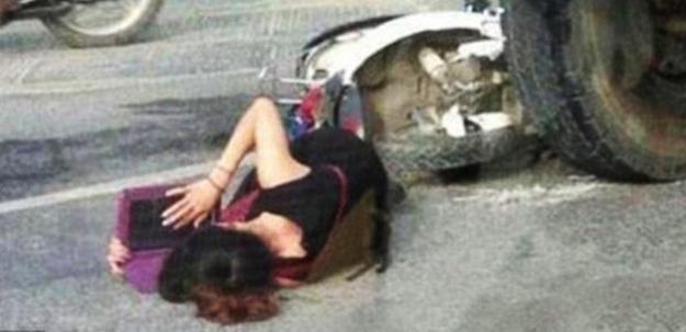 Yerde ambulans beklerken bakın ne yaptı!