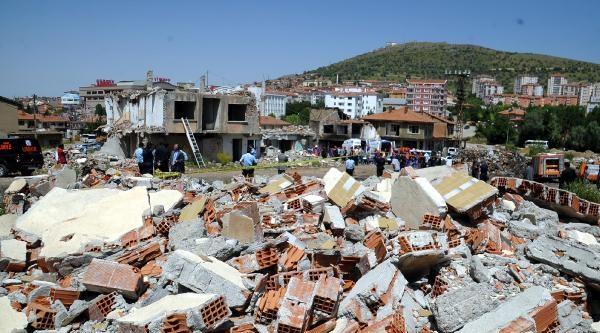 Yıkık Binalar Arasında Deprem Tatbikatı