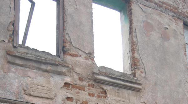 Yıkık Tarihi Binada Yaşam Savaşı