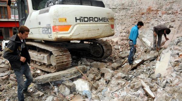Yıkılan Binadan 150 Kilo Hurda Demir Topladılar