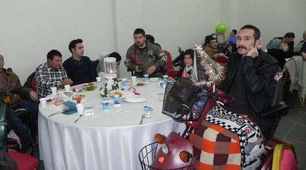 Yilbaşi Eğlencesinde Kaymakam Ve Belediye Başkani Engellilerle Oynadi