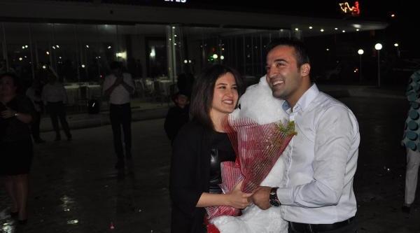 Yilbaşi Partisinde Sürpriz Evlilik Teklifi
