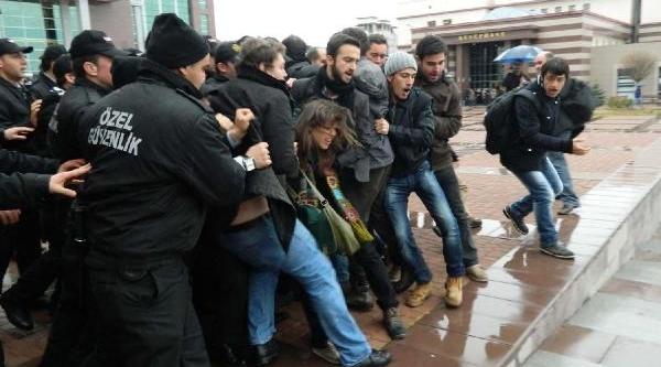 Yök Başkani'nin Bulunduğu Salona Girmek Isteyen Öğrencilere Özel Güvenlik Müdahalesi