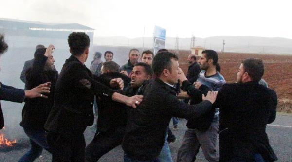 Yol Kapatan Köylüler İle Sürücüler Kavga Etti, Ortalık Savaş Alanına Döndü